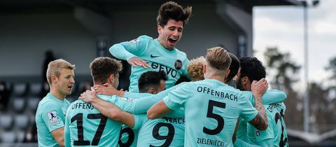 Jubel bei den Offenbacher Kickers beim Spiel in Alzenau