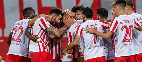 Die OFC-Spieler bejubeln den Treffer von Dejan Bozic.