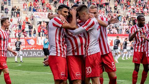 Tunay Deniz von Kickers Offenbach jubelt mit dem Ball unterm Trikot.