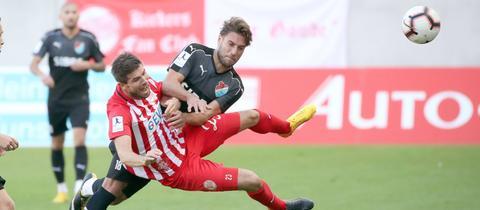 Kickers Offenbach (mit Dennis Schulte, vorne) und Steinbach Haiger (mit Shqipon Bektasi) sollen künftig auf einen direkten Aufstieg aus der Regionalliga hoffen dürfen.