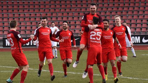 Hessen Kassel feiert den Sieg im Kellerduell gegen den SV Völklingen.