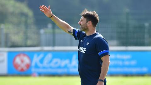 Steinbach-Trainer Adrian Alipour blickt nach ganz oben.