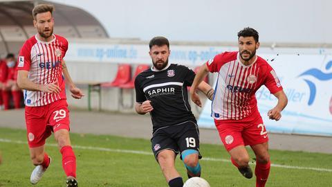 Lucas Albrecht (re./OFC), Muhamed Alawie (FSV) und Elia Soriano (re./OFC) kämpfen um den Ball.