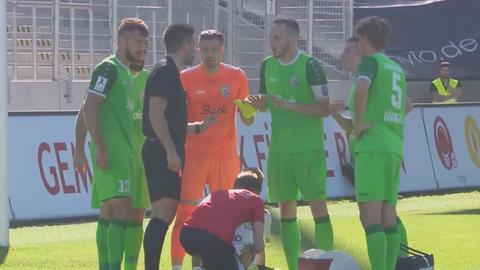 Spieler von Eintracht Stadtallendorf diskutieren vor dem Elfmeter