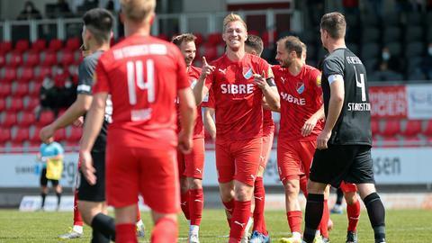 Sören Eismann vom TSV Steinbach Haiger bejubelt das Tor zum 2:0 gegen Gießen.