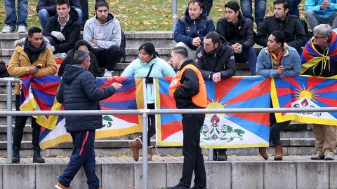 Sieht so Eskalation aus? Zuschauer hatten beim Testkick der chinesischen U20 in Mainz Tibet-Fahnen aufgehängt.