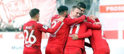 Offenbacher Kickers Spieler jubeln nach einem Tor.