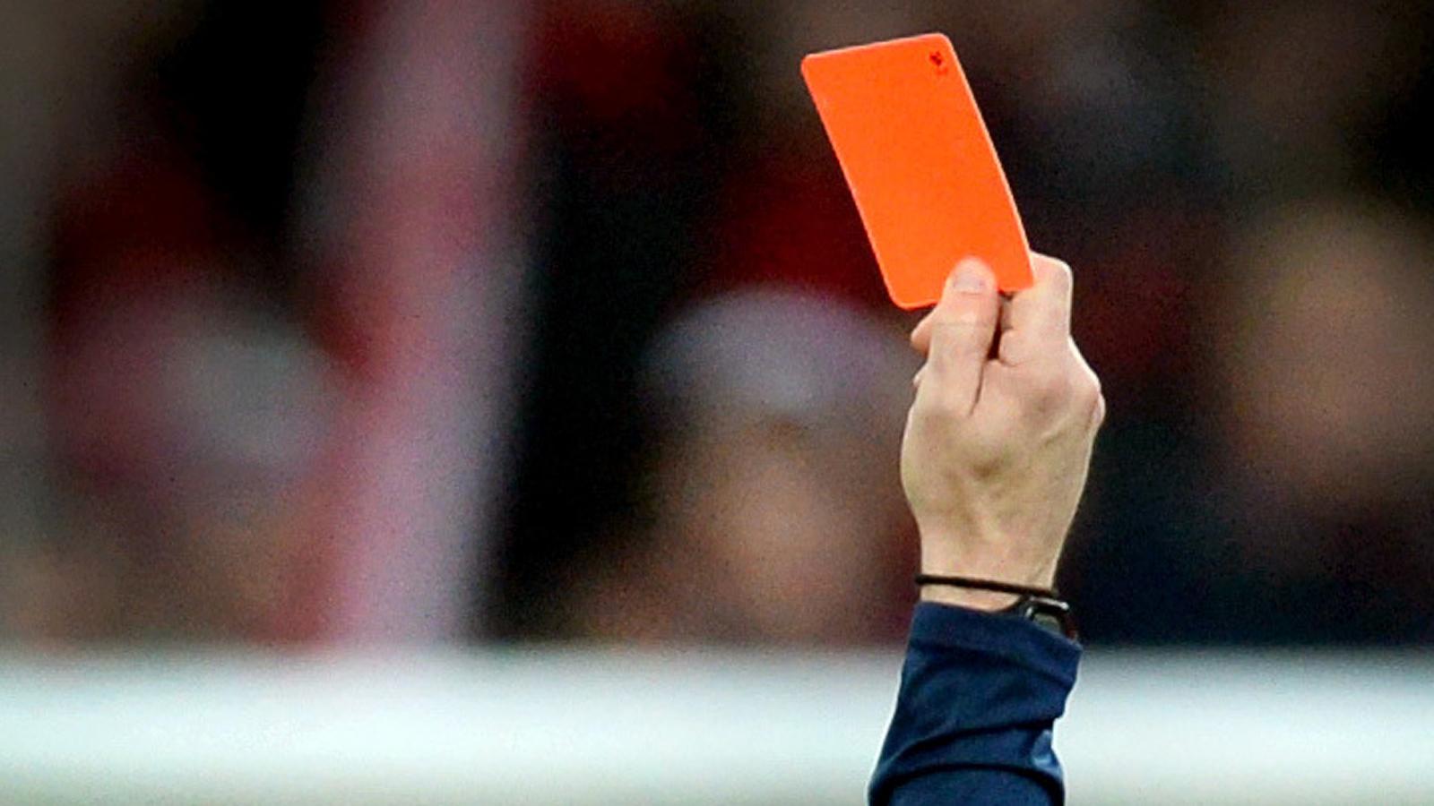 Ein Schiedsrichter zeigt die rote Karte.