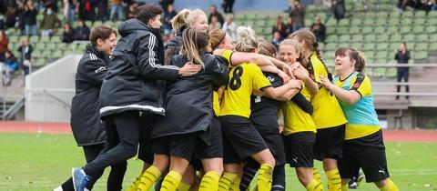 Die Fußballerinnen des SC Rüsselsheim feiern den Sieg in der ersten Pokalrunde.