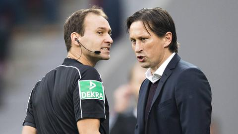 Leverkusens Trainer Roger Schmidt im Streitgespräch mit Schiedsrichter Bastian Dankert.