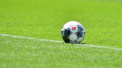 Sujetbild: Ein Fußball mit dem Emblem der 2.Bundesliga liegt auf dem Rasen.