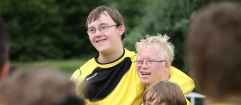 Zwei junge Fußballer des SV Teutonia Köppern