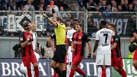 Stefan Aigner vom SVWW sieht Rot nach einem Tritt gegen Tim Leibold vom Hamburger SV.