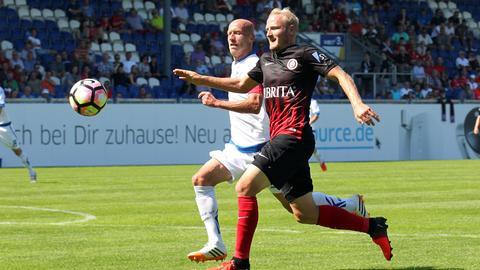 Alf Mintzel im Laufduell mit Paderborns Tim Sebastian