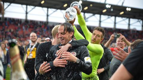 Bierdusche für SVWW-Keeper Rüdiger Rehm