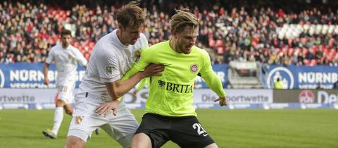 Ein Zweikampf aus dem Hinspiel des SV Wehen Wiesbaden und des 1. FC Nürnberg