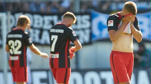 Die Spieler des SV Wehen Wiesbaden sind enttäuscht