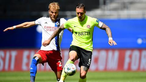 SVWW-Stürmer Manuel Schäffler im Duell mit Timo Letschert vom HSV