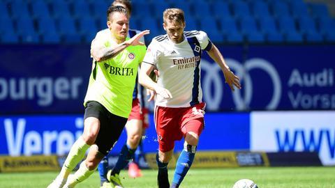 Manuel Schäffler (SVWW) gegen Aaron Hunt (HSV)