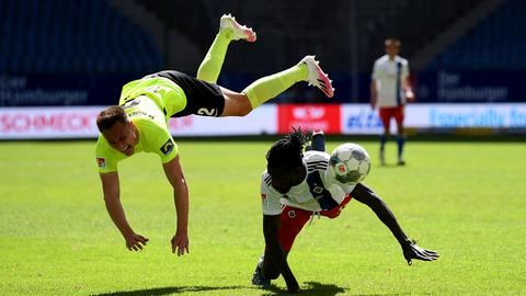Dominik Franke vom SV Wehen Wiesbaden im Spiel beim Hamburger SV