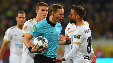 Protestiernde SVWW-Spieler im Dresdner Stadion