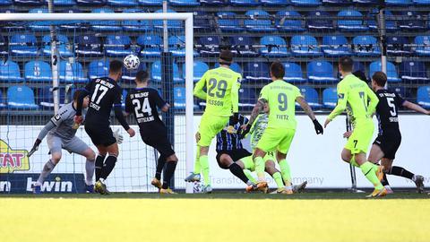 Gustaf Nilsson erzielt das Siegtor für den SV Wehen Wiesbaden