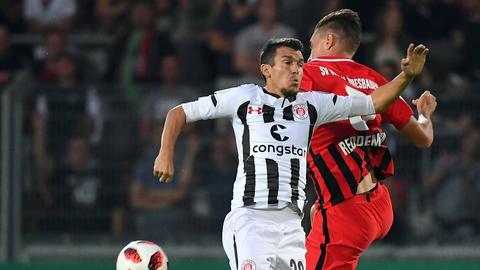 Reddemann im Zweikampf mit einem St.-Pauli-Spieler