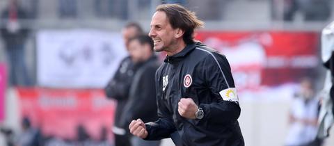 SVWW-Trainer Rüdiger Rehm ballt die Fäuste nach einem Treffer seiner Mannschaft.