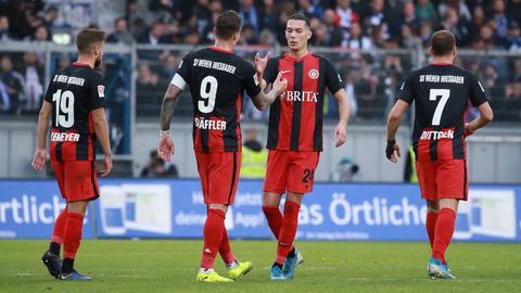 Spieler des SV Wehen Wiesbaden klatschen sich ab.