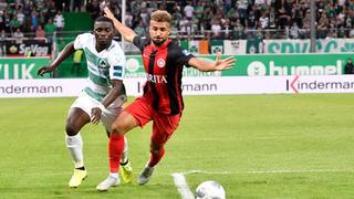 Ein Zweikampf aus dem Hinspiel zwischen Greuther Fürth und dem SV Wehen Wiesbaden.