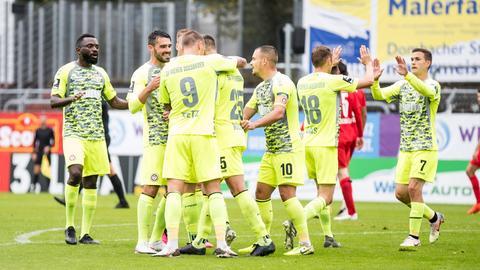 SV Wehen Wiesbaden jubelt bei Viktoria Köln