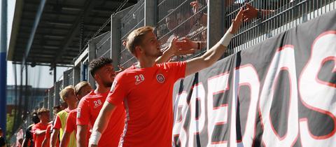 Die Spieler des SVWW klatschen nach der 0:5-Pleite gegen Regensburg mit den Fans ab.