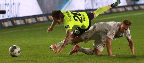 Bild mit Symbolcharakter: Moritz Kuhn (oben) und Julius Biada ringen miteinander. Den Ball bekommt am Ende keiner.