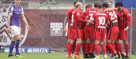 Jubel der Spieler des SV Wehen Wiesbaden gegen Osnabrück.