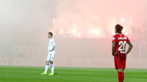Bengalos brennen beim Pokalspiel in Wiesbaden
