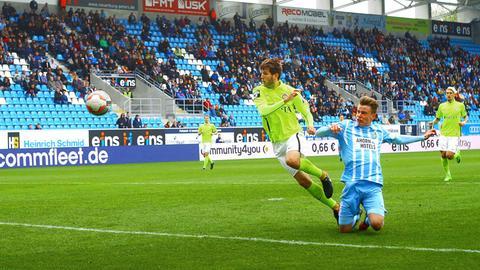 Florian Dams (li.) bedrängt den Chemnitzer Florian Hansch, kann seinen Treffer aber nicht verhindern.
