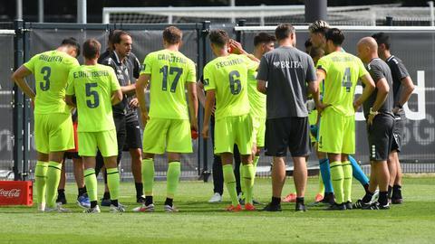 SVWW-Trainer Rüdiger Rehm im Gespräch mit seinen Spielern