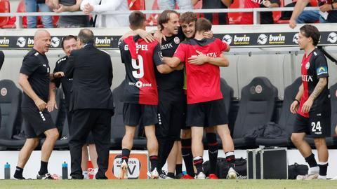 SVWW-Trainer Rüdiger Rehm jubelt mit seinen Spielern.