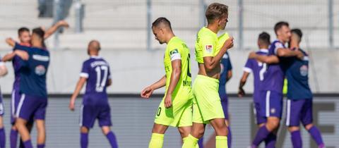 Spieler des SV Wehen Wiesbaden nach der Pleite in Aue