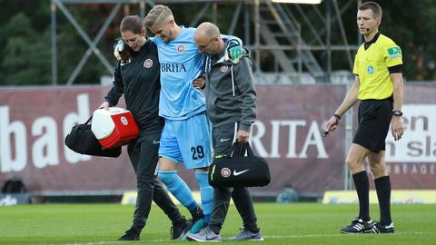 Jan-Christoph Bartels vom SV Wehen Wiesbaden humpelt verletzt vom Platz.