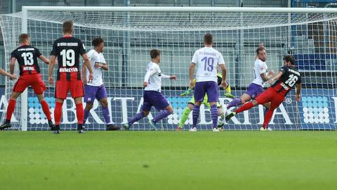 Niklas Dams erzielt das 1:0 für den SV Wehen Wiesbaden