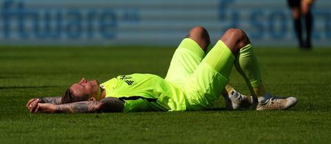SVWW-Spieler Manuel Schäffler am Boden nach dem Spiel in Darmstadt