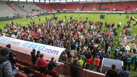 Nach dem Schlusspfiff feiern die Fans des SVWW auf dem Platz den Aufstieg.