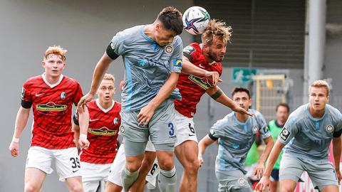 Ahmet Gürleyen vom SV Wehen Wiesbaden im Spiel gegen Freiburg