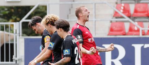 Der SV Wehen Wiesbaden jubelt über einen erneuten Last-Minute-Sieg.