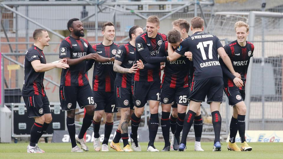 3-Liga-SV-Wehen-Wiesbaden-jubelt-dank-Ping-Pong-Tor-gegen-Unterhaching