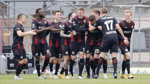 Das Team des SV Wehen Wiesbaden bejubelt den Torschützen Dennis Kempe.