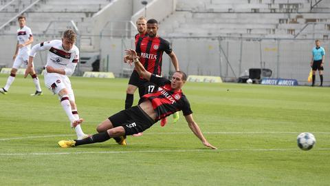 Hier schießt Robin Hack den 1. FC Nürnberg in Führung.