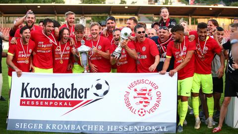 Der SV Wehen Wiesbaden bejubelt den Hessenpokal