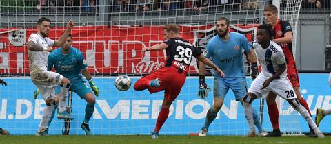 Törles Knöll vom SVWW gegen den HSV